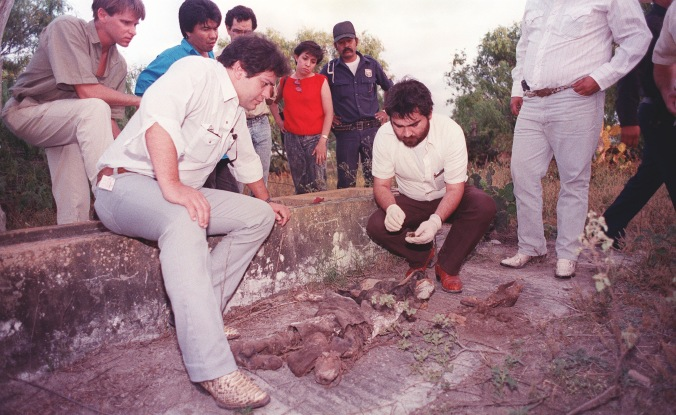 MEXICO EXAMINING REMAINS 1989